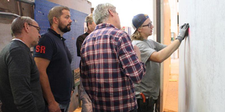 Här visar Jimmy Esko hur man på ett enkelt och ergonomiskt sätt kan mäta täckskiktet på en skalvägg.