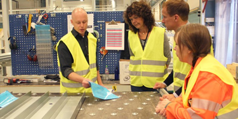 Fabrikschef Roger Gustavsson på Peab PGS i Ängelholm tog emot Mathias Hult och Kristina Knutsson från Lättklinkerbetong samt Jenny Sandin Sjöholm, Unionens Koncernordförande på Peab under fokusveckan. Besöket började med en rundvandring i fabriken.